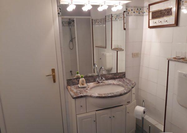 une salle de bain au premier étage