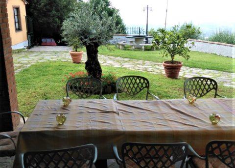 olivier devant la maison